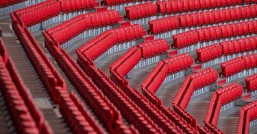 Die Clubs wollen die teilweise leeren Tribünen wieder mit Fans füllen. Foto: Matthias Balk/dpa