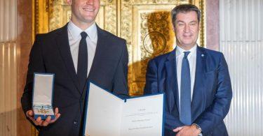 Bayern-Torwart Manuel Neuer (l) und Bayerns Ministerpräsident Markus Söder. Foto: Peter Kneffel/dpa