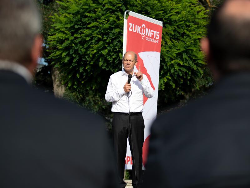 SPD-Kanzlerkandidat Olaf Scholz spricht bei einem Wahlkampfauftritt in Köln. Foto: Federico Gambarini/dpa