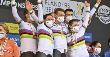 Das deutsche Team um Tony Martin (M) jubelt mit der Goldmedaille auf dem Podium. Foto: David Stockman/BELGA/dpa