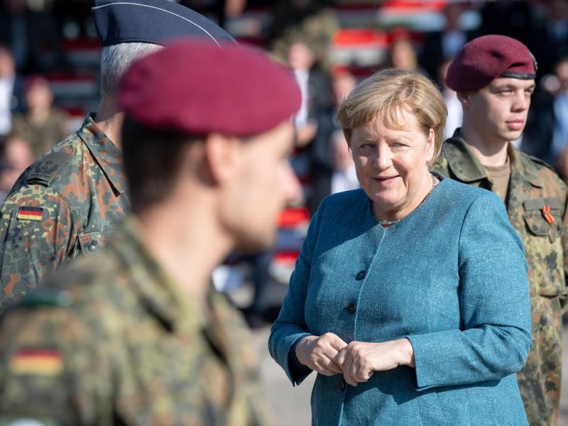 Bundeskanzlerin Angela Merkel beim Truppenbesuch in Seedorf. Foto: Sina Schuldt/dpa