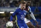 Chelseas Timo Werner (l) und Aston Villas Kortney Hause kämpfen um den Ball. Foto: Frank Augstein/AP/dpa