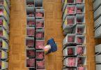 Markus Blocher, Kreiswahlleiter, begutachtet in einer Wahlbehörde zahlreiche Wahlurnen gefüllt mit Stimmzettelumschlägen für die Briefwahl. Foto: Sebastian Kahnert/dpa-Zentralbild/dpa