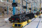 In der Produktionslinie beim Lastwagenhersteller Iveco-Nikola steht das Chassis eines batteriebetriebenen Lastwagens. Foto: Stefan Puchner/dpa