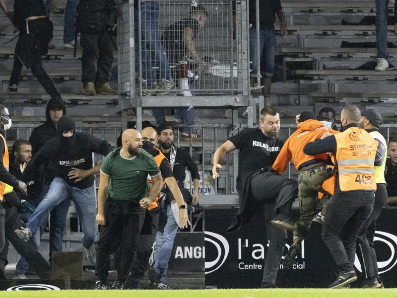 Nach dem Spiel zwischen Gastgeber Angers SCO und Olympique Marseille gehen die Anhänger beider Mannschaften aufeinander los. Foto: Jeremias Gonzalez/AP/dpa