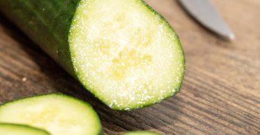 Damit Gurken schön knackig bleiben, sollten sie zwischen 8-15 Grad und dunkel gelagert werden. Foto: Robert Günther/dpa-tmn