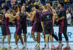 Die Bonner Spieler feiern den Auftaktsieg in Berlin. Foto: Andreas Gora/dpa