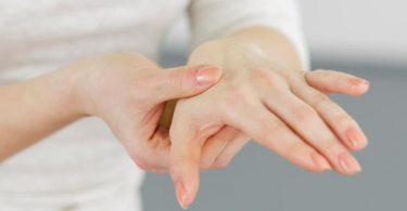 Schmerzende und geschwollene Gelenke sind ein typisches Symptom von Rheuma. Foto: Monique Wüstenhagen/dpa-tmn