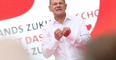 SPD-Kanzlerkandidat Olaf Scholz spricht beim offiziellen Wahlkampfabschluss seiner Partei auf dem Kölner Heumarkt. Foto: Rolf Vennenbernd/dpa