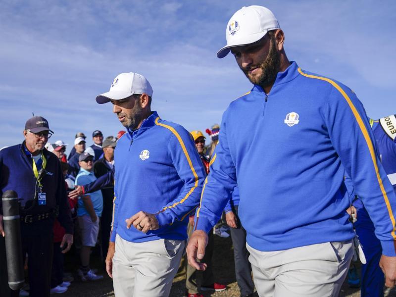Sergio Garcia (l) und Jon Rahm holten den bislang einzigen Punkt für Team Europa. Foto: Ashley Landis/AP/dpa