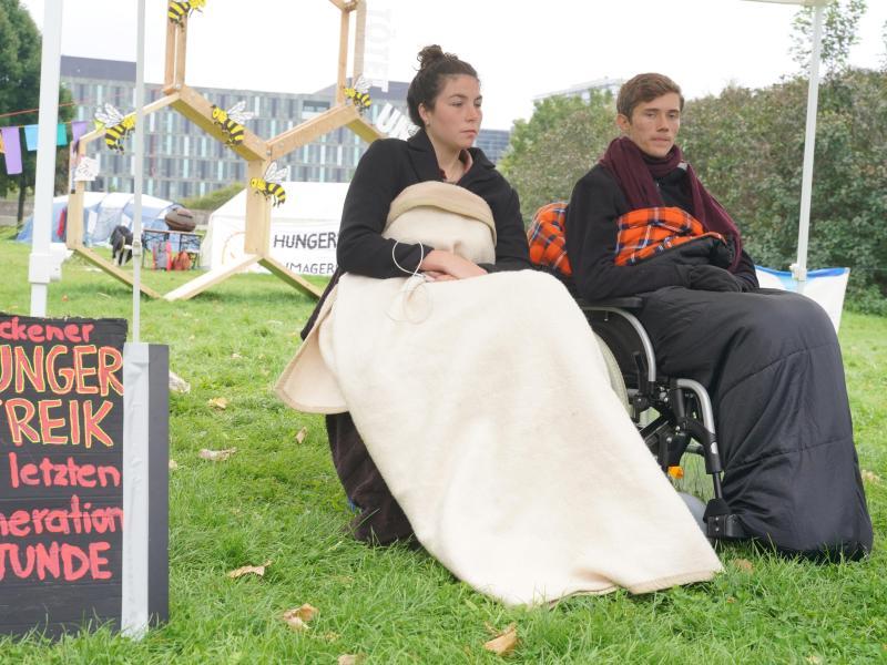 Lea und Henning, die beiden verbliebenen Teilnehmer des «Hungerstreiks der letzten Generation», verschärften ihre Aktion, bevor sie sie schließlich beendeten. Foto: Jörg Carstensen/dpa