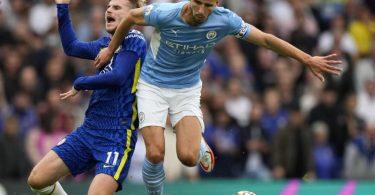 Chelseas Timo Werner (l) wird von Ruben Dias von Manchester City zu Fall gebracht. Foto: Alastair Grant/AP/dpa