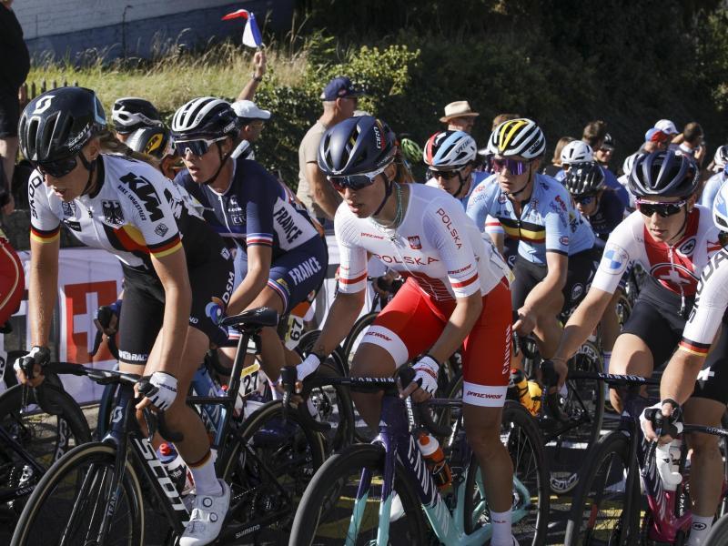 Das Fahrerfeld erklimmt den Smeysberg beim Straßenrennen der Frauen. Foto: Olivier Matthys/AP/dpa