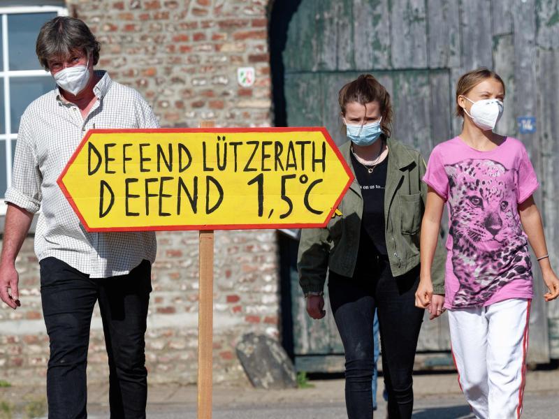 Die Klimaaktivistinnen Greta Thunberg (r) und Luisa Neubauer besuchen den Hof von Landwirt Eckhardt Heukamp (l). Foto: Henning Kaiser/dpa