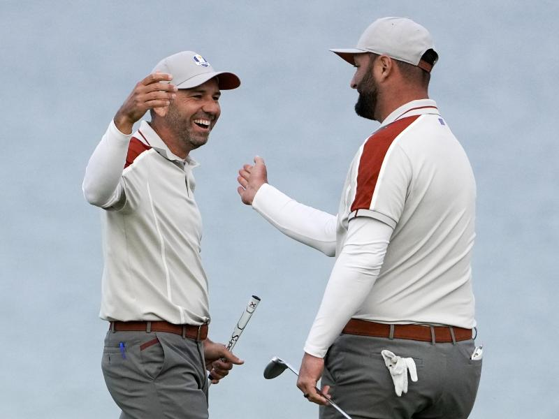 Gewannen drei Matches gemeinsam: Die Spanier Sergio Garcia (l) und Jon Rahm. Foto: Jeff Roberson/AP/dpa
