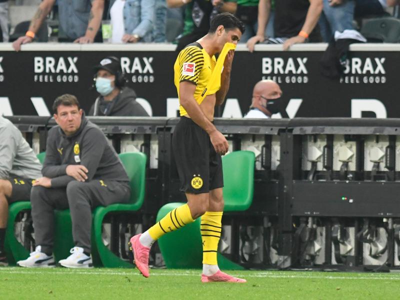 Dortmunds Mahmoud Dahoud geht nach der Roten Karte vom Platz. Foto: Bernd Thissen/dpa