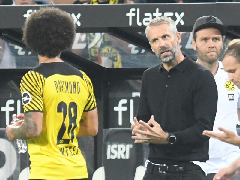 Dortmunds Trainer Marco Rose (M) gibt Axel Witsel (l) Anweisungen. Foto: Bernd Thissen/dpa