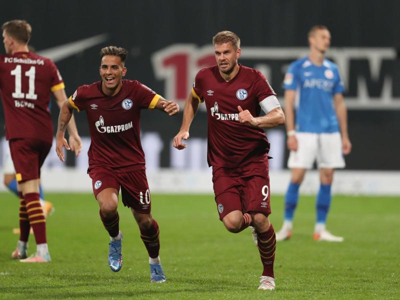 Rodrigo Martinez Zalazar (l) und Simon Terodde (r) vom FC Schalke 04 bejubeln den Treffer zum 2:0 durch Simon Terodde. Foto: Danny Gohlke/dpa