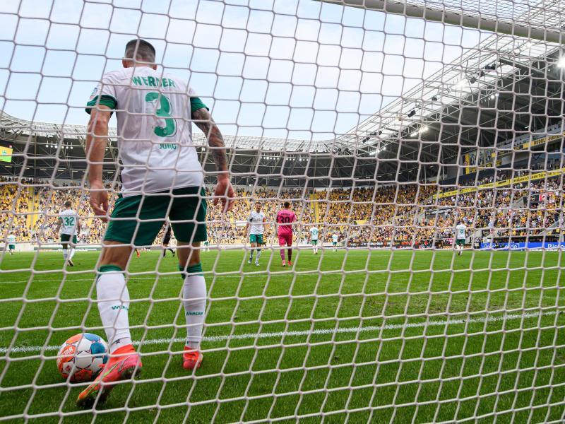 Der Bremer Anthony Jung holt nach dem 0:1 in Dresden den Ball aus dem eigenen Tor. Foto: Robert Michael/dpa-Zentralbild/dpa