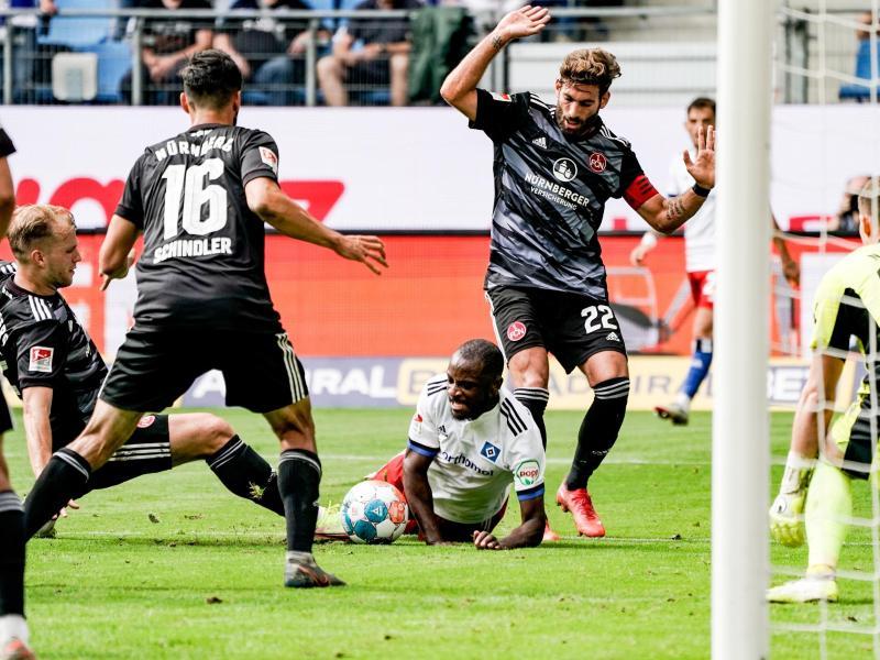 Der Hamburger SV um David Kinsombi (M.) kam gegen den 1. FC Nürnberg zu Hause nur zu einem Unentschieden. Foto: Axel Heimken/dpa