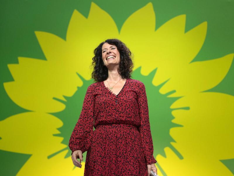 Spitzenkandidatin Bettina Jarasch wird bei der Wahlparty von Bündnis 90/Die Grünen gefeiert. Foto: Kay Nietfeld/dpa