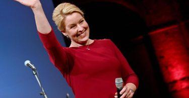 SPD-Spitzenkandidatin Franziska Giffey winkt bei der Wahlparty der Berliner SPD den Anhängerinnen und Anhängern zu. Foto: Bernd Von Jutrczenka/dpa