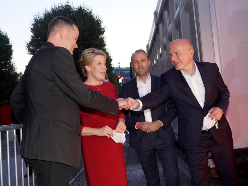 Spitzenkandidaten für die Abgeordnetenhauswahl in Berlin: (v.l.) Klaus Lederer (Die Linke), Franziska Giffey (SPD), Sebastian Czaja (FDP) und Kai Wegner (CDU) stehen am Abgeordnetenhaus und warten auf die TV-Runde. Foto: Jörg Carstensen/dpa