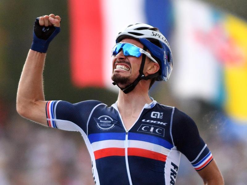 Der Franzose Julian Alaphilippe jubelt über den erneuten Triumph bei der Straßenrad-WM. Foto: David Stockman/BELGA/dpa