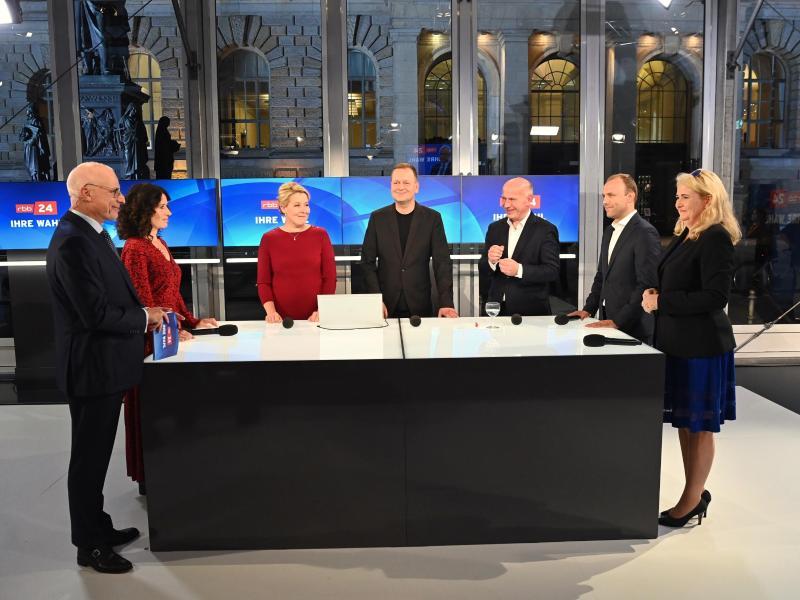 TV-Runde am Abend: v.l. Bettina Jarasch (Bündnis 90/Die Grünen), Franziska Giffey (SPD), Klaus Lederer (Die Linke), Kai Wegner (CDU), Sebastian Czaja (FDP) und Kristin Brinker (AfD). Ganz links: Moderator Volker Wieprecht. Foto: Soeren Stache/dpa-Zentralbild/POOL/dpa