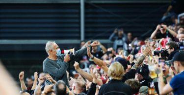 Freiburgs Trainer Christian Streich verabschiedet sich nach dem 3:0-Erfolg gemeinsam mit den Fans vom altehrwürdigen Dreisamstadion. Foto: Philipp von Ditfurth/dpa