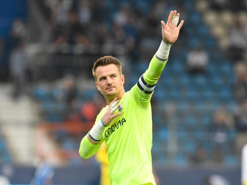 Bochums Torwart Manuel Riemann winkt den Zuschauern zu, nachdem sich der VfL Bochum und der VfBStuttgart mit einem Remis getrennt haben. Foto: Bernd Thissen/dpa