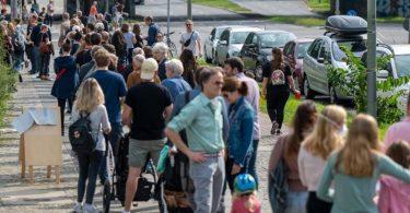 Zahlreiche Menschen stehen in einer langen Schlange vor den Wahllokalen im Tiergarten Gymnasium in der Altonaer Straße. Foto: Monika Skolimowska/dpa-Zentralbild/dpa