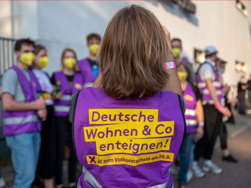 """Unterstützer der Initiative """"Deutsche Wohnen und Co. enteignen"""" sammeln sich vor Beginn der Wahlparty der Initiative vor den Union-Filmstudios. Foto: Monika Skolimowska/dpa-Zentralbild/dpa"""