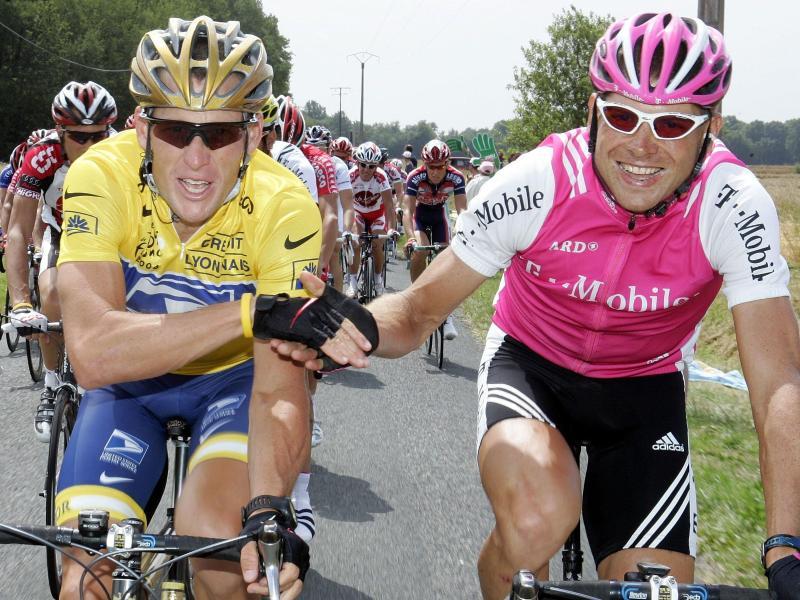 Einst Rivalen auf dem Rad, heute Freunde: Lance Armstrong (l) und Jan Ullrich. Foto: Gero Breloer/dpa