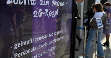 Nach der 2G-Regel haben nur Geimpfte und Genesene Zutritt. Allerdings gilt der Genesenen-Status nur für sechs Monate. Dann sollte eine einmalige Impfung erfolgen. Foto: Swen Pförtner/dpa