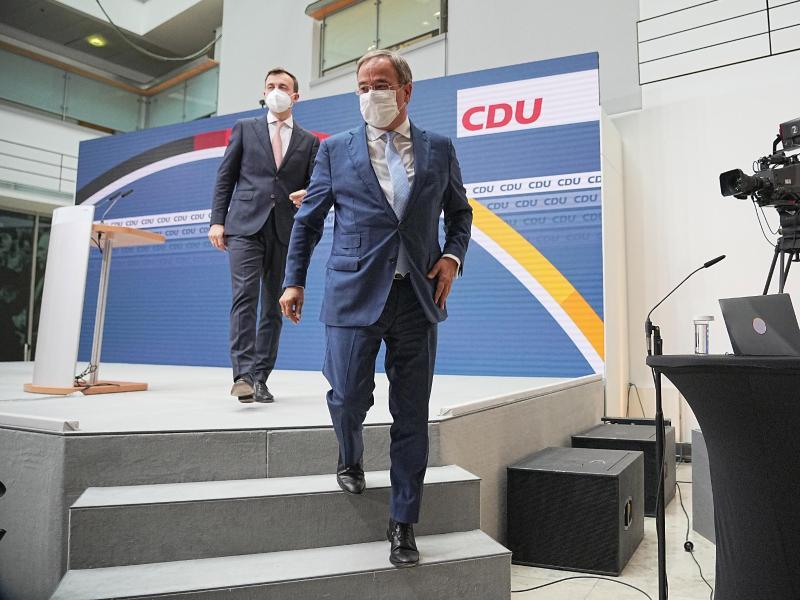 Armin Laschet und sein Generalsekretär Paul Ziemiak sprechen inzwischen von einer klaren Niederlage. Foto: Michael Kappeler/dpa