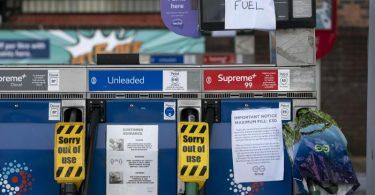 «No Fuel» (Kein Kraftstoff) heißt es an vielen Zapfsäulen in Großbritannien. Foto: Jon Super/AP/dpa