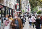 Menschen gehen durch die Fußgängerzone. (Archivbild). Foto: Oliver Berg/dpa