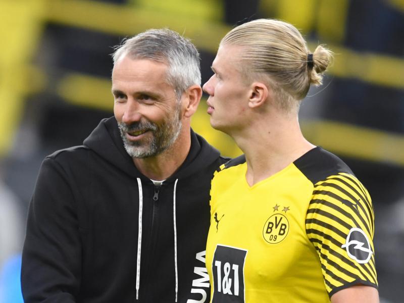 BVB-Trainer Marco Rose (l) hofft auf einen Einsatz von Stürmerstar Erling Haaland. Foto: Bernd Thissen/dpa