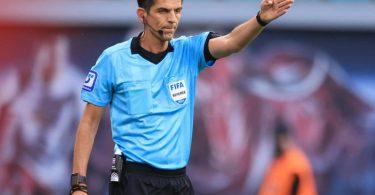 Schiedsrichter Deniz Aytekin hatte den Platzverweis von Mahmoud Dahoud damit begründet, «ein Zeichen» setzen zu wollen. Foto: Jan Woitas/dpa-Zentralbild/dpa