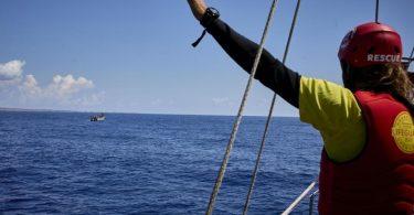 Ein Mitglied der NGO «Open Arms», die immer wieder Menschen aus dem Mittelmeer rettet, gestikuliert an Bord des Schiffes «Astral». Foto: Jesús Hellín/EUROPA PRESS/dpa/Symbolbild