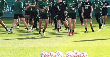 Die Wolfsburger um Maximilian Arnold (2.v.r.) gehen selbstbewusst ins Spiel gegen den FC Sevilla. Foto: Swen Pförtner/dpa
