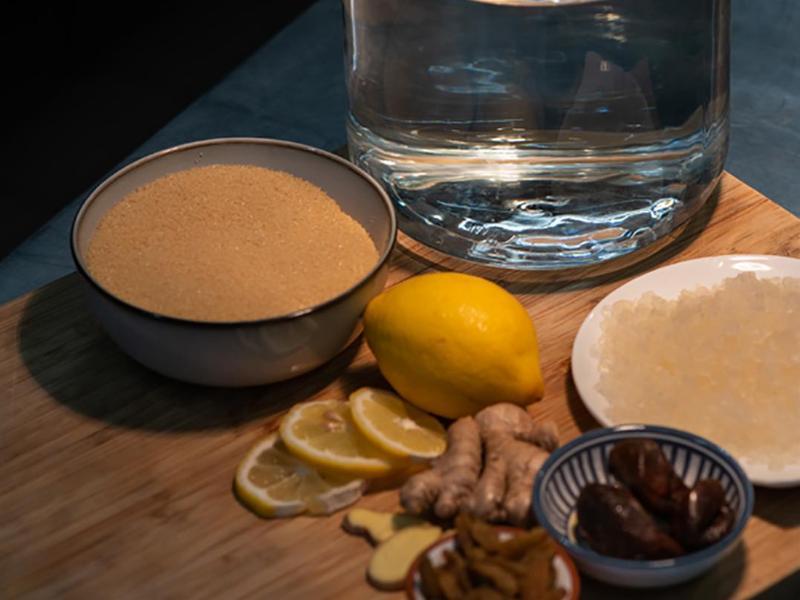 Für Wasserkefir besorgt man sich Kefirkristalle aus dem Bio- oder Drogeriemarkt. Sie werden mit Wasser, Zucker und etwas Trockenobst gemischt. Foto: Marcel Kruse/Löwenzahn Verlag/dpa-tmn