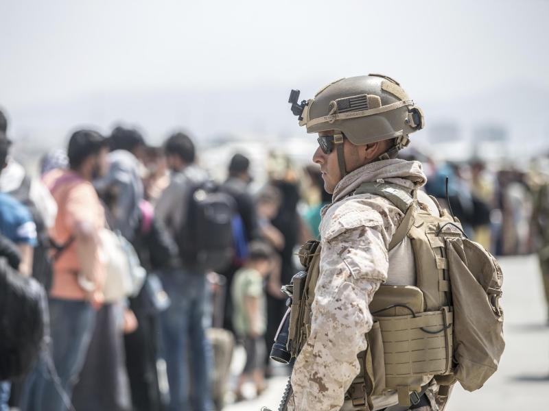 EinUS-Soldat im August während der Evakuierungsaktion am Flughafen vonKabul. Foto: Sgt. Samuel Ruiz/U.S. Marine Corps/AP/dpa