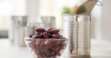 Zuckerzusätze in Kidneybohnen-Dosen müssen nicht sein. Reste aus der Dose werden am besten im Kühlschrank aufbewahrt - allerdings vorher umgefüllt etwa in ein Glasschälchen. Foto: Christin Klose/dpa-tmn