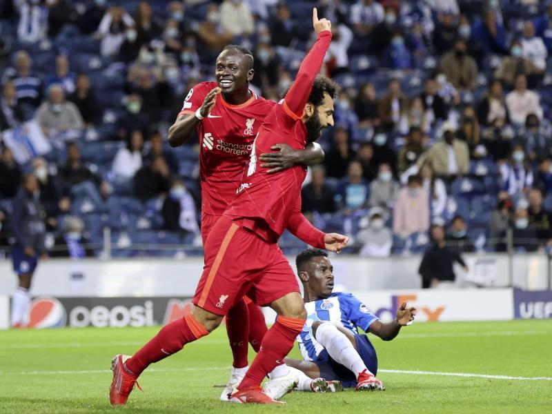 Liverpools Mohamed Salah (M.) feiert mit Sadio Mane (l) den Führungstreffer beim FC Porto. Foto: Luis Vieira/AP/dpa
