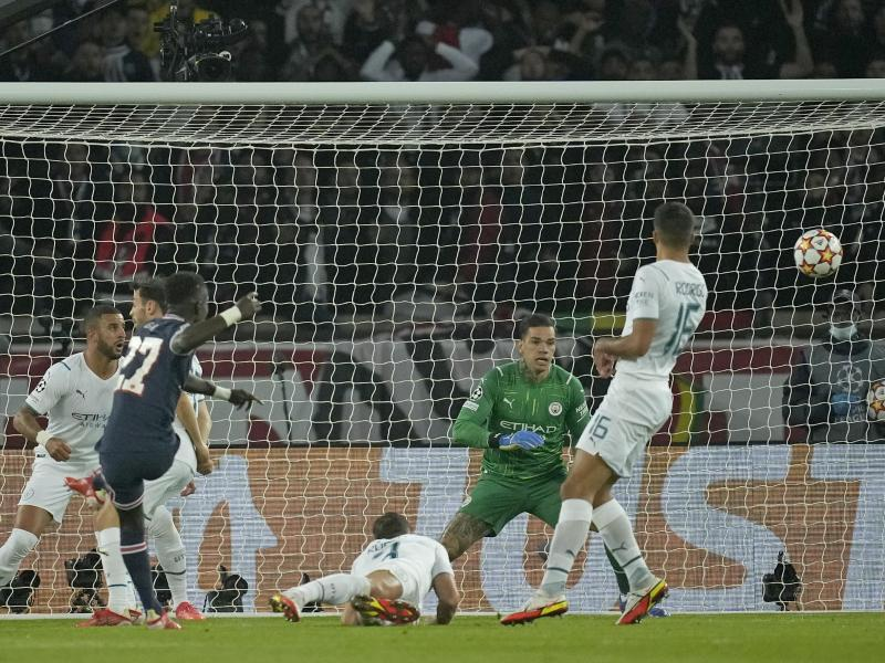 Idrissa Gueye (l) von PSG erzielt den Führungstreffer gegen Manchester City. Foto: Christophe Ena/AP/dpa