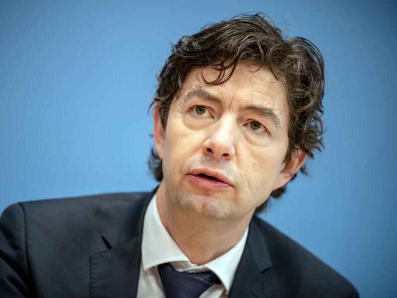 Christian Drosten, Direktor Institut für Virologie der Charité Berlin, nimmt an einer Pressekonferenz zur aktuellen Lage um die Corona Pandemie teil. Foto: Michael Kappeler/dpa