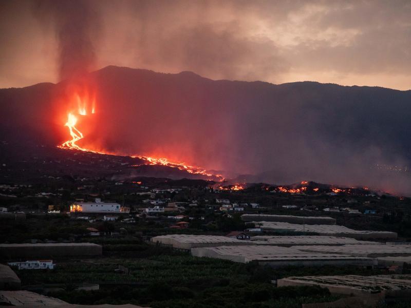 Blick auf den Vulkan Cumbre Vieja, der Lava und Pyroklastika ausstößt. Foto: Kike Rincón/EUROPA PRESS/dpa