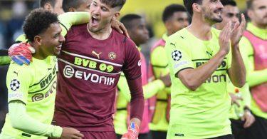 Die Dortmunder um Matchwinner Donyell Malen (l) feiern den Heimsieg. Foto: Bernd Thissen/dpa